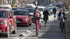 El carril bici de la calle de Aragó, que sigue siendo un autopista urbana, pero un poco menos