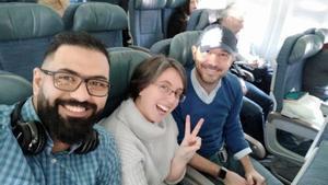 Tres passatgers de l'avió: «Estàvem tranquils fins que algú ha mirat el mòbil»
