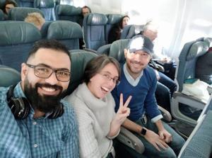 Alaa, Clara y Miguel, en el avión.