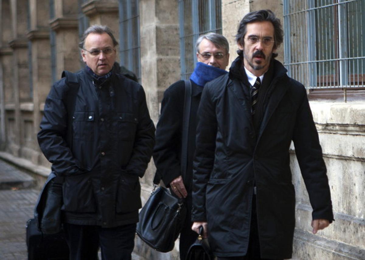 Marco Antonio Tejeiro (izquierda), junto a su hermano Miguel (centro) y su abogado, acuden a declarar a los juzgados de Palma, en febrero del 2012.