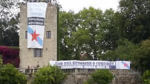 Pancartas desplegadas por militantes del BNG y Galiza Nova en el Pazo de Meirás para reclamar su devolución.