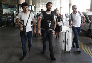 Policías turcos patrullan en el aeropuerto Atatürk de Estambul, ayer.