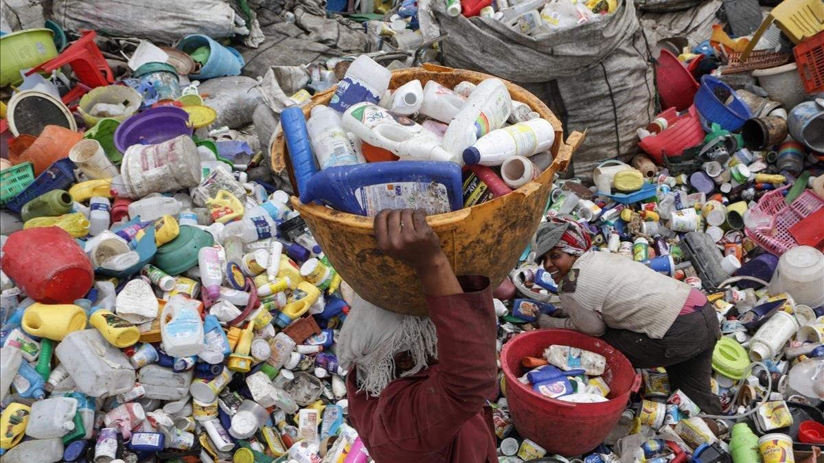 Mujeres recolectan envases de plástico usados en una fábrica de Kariobangi,en Nairobi (Kenia), el diciembre pasado.
