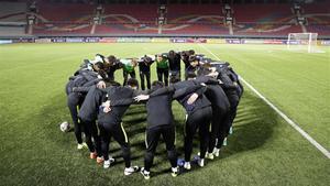 Los jugadores surcoreanos se dan ánimos antes del partido en el Estadio Kim Il-Sung de Pionyang.