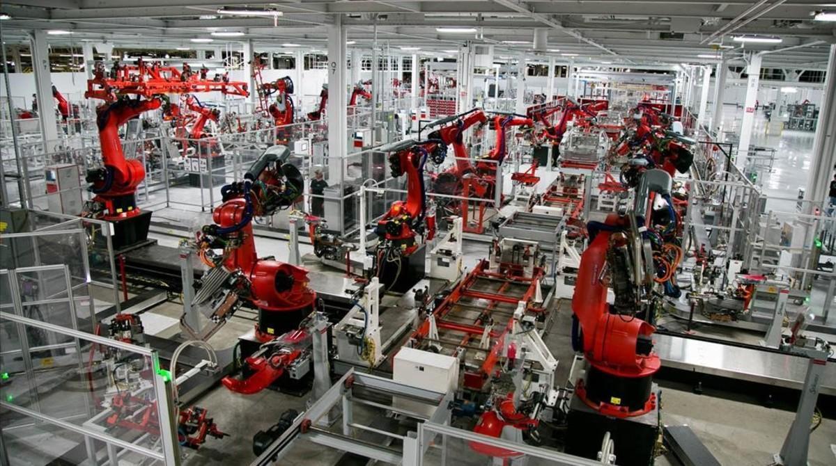 Trabajo robotizado en Tesla, compañía de Silicon Valley (California)que fabrica coches eléctricos.