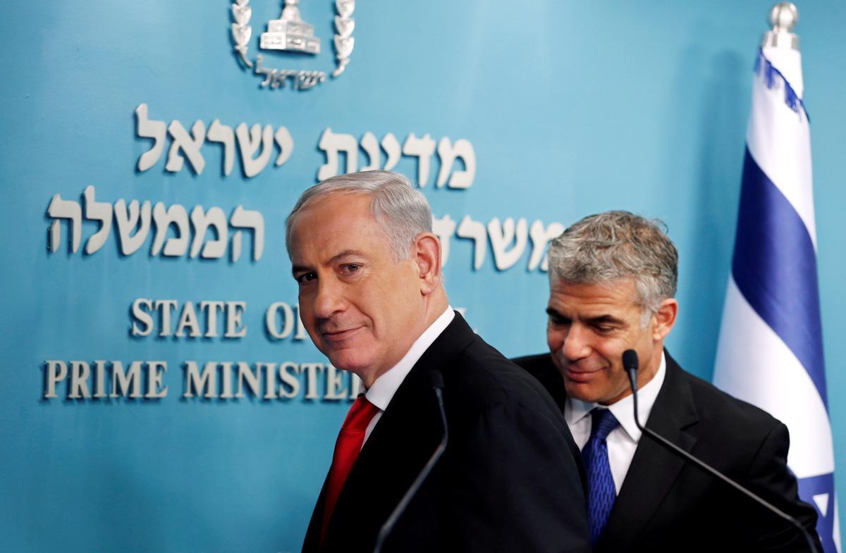 Foto de archivo del 2013 en el que aparece el entonces primer ministro israelí, Binjamin Netanyahu, junto al que era su ministro de Finanzas y hoy principal rival, Yair Lapid.
