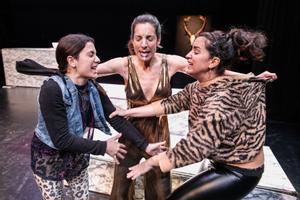 La narradora intenta poner paz en la discusión entre las dos hermanas.