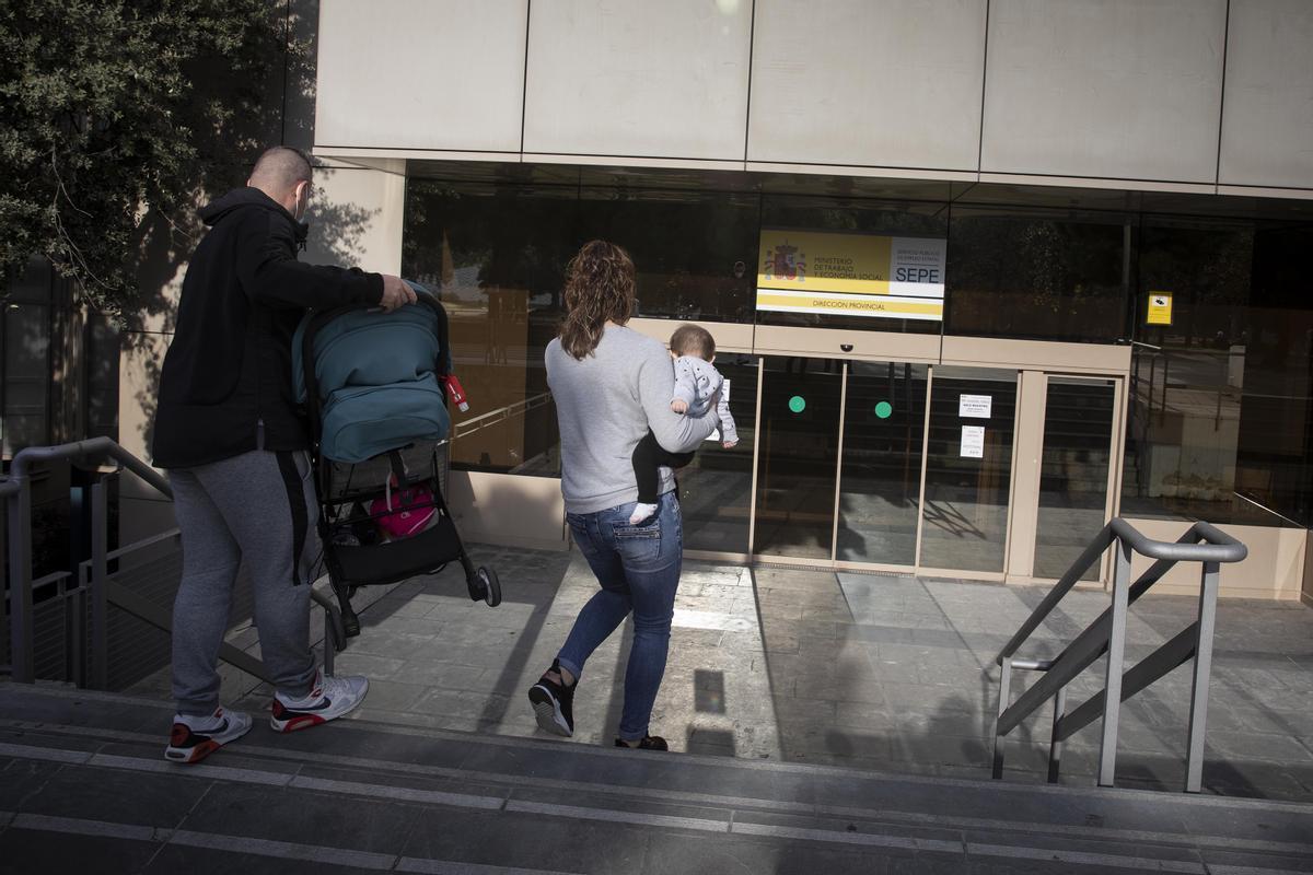 Una familia entra en el Delegación del Ministerio de Trabajo en Barcelona.