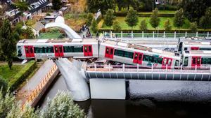 Un metro en Spijkenisse, cerca de Roterdam, queda suspendido en el aire sobre una escultura tras chocar contra la barrera del final de línea.