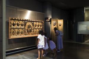 Un grupo de visitantes observan una obra en el Museu de Lleida.