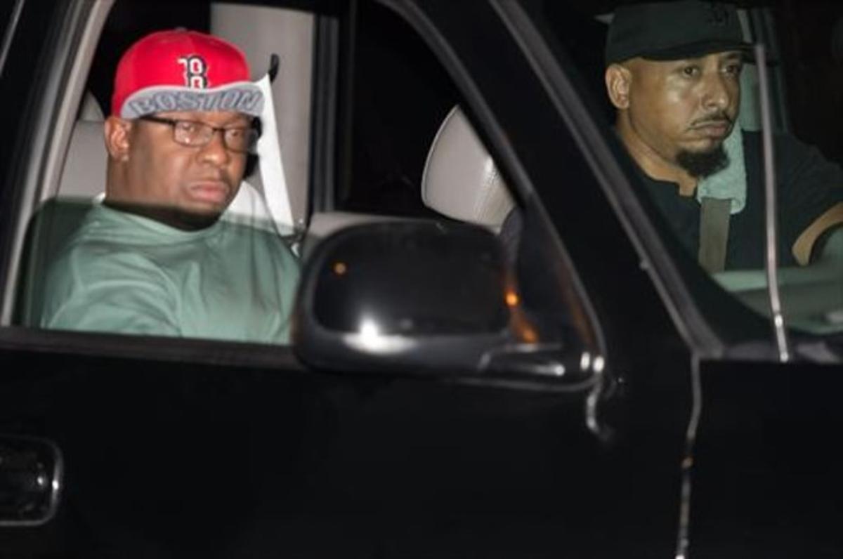 El rapero Bobby Brow, con gorra roja, saliendo del centro donde murió su hija.