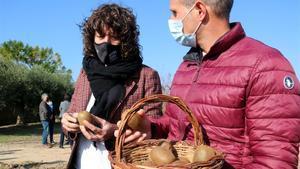 La consellera Teresa Jordà con uno de los propietarios de la parcela donde se hará la prueba piloto de cultivo del kiwi.