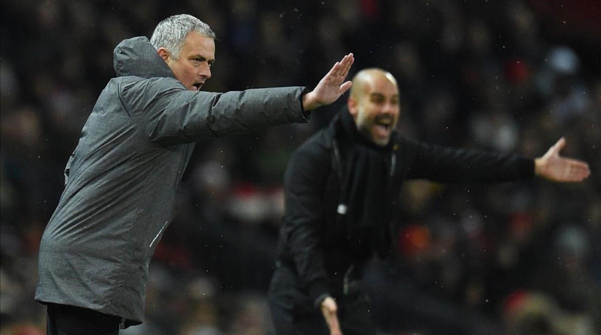 Mourinho y Guardiola dan instrucciones en el derbi.
