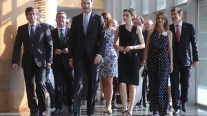 Los Reyes y el presidente de la Generalitat, Carles Puigdemont, a su llegada al palacio de congresos de Girona.