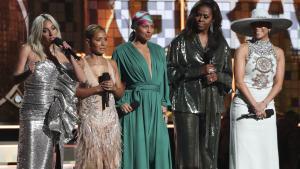 Michelle Obama junto aLady Gaga,Jada Pinkett Smith,Alicia Keysy Jennifer Lopez en los premios Grammy.AP