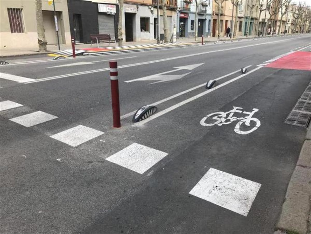 Malestar per l'aparcament de vehicles al nou carril bici més gran de Badalona