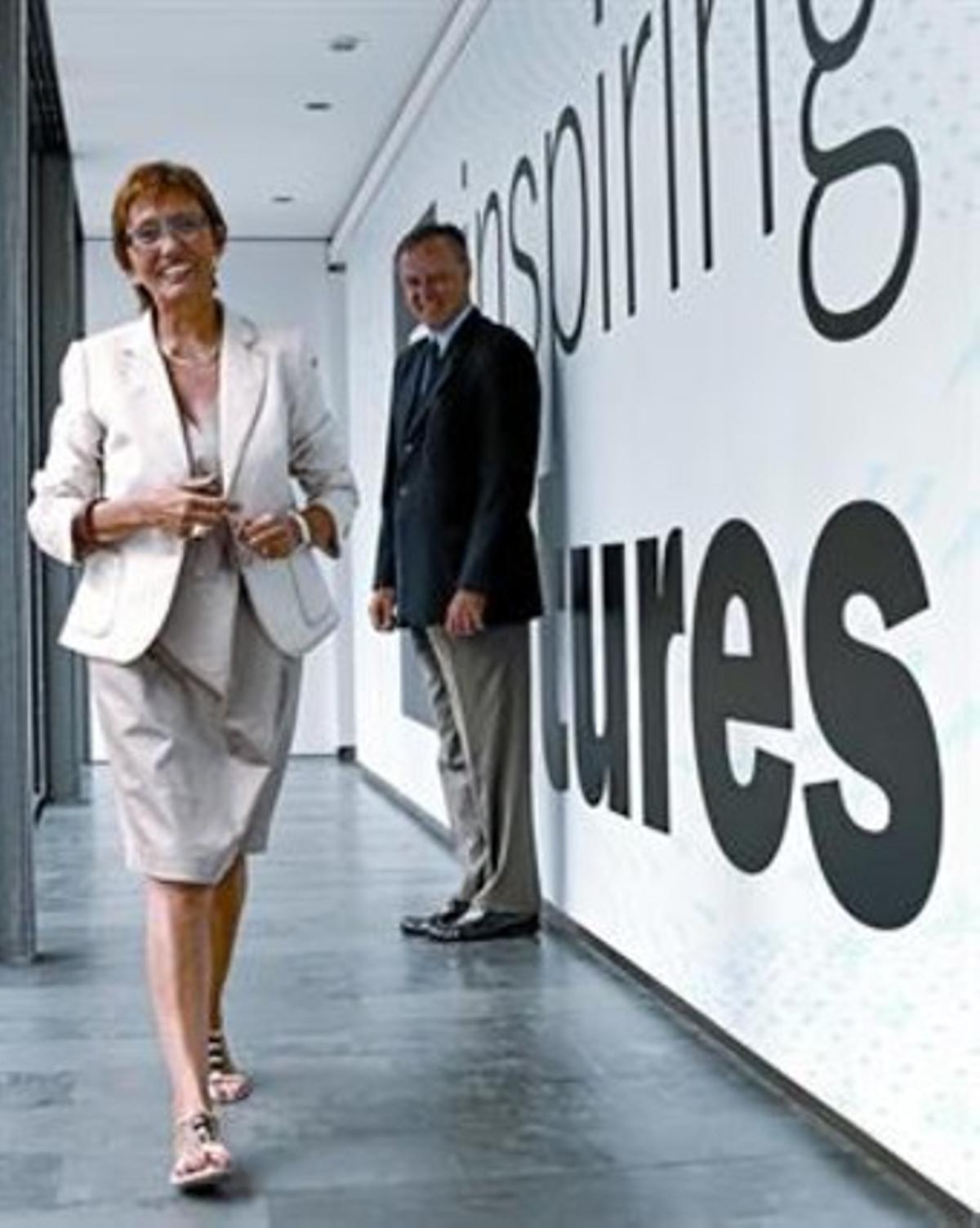 Eugènia Bieto camina sonriente en la sede de Esade ante la mirada del Carlos Losada, el jueves pasado.
