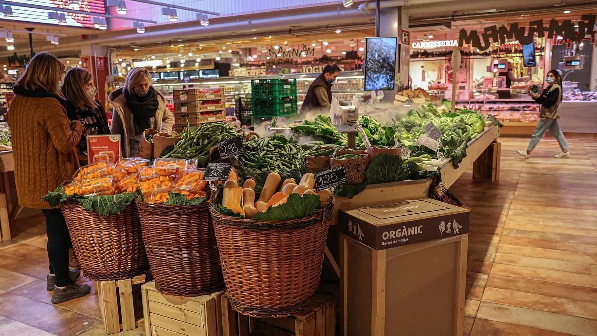 Zona de verduras en un supermercado Ametller Origen en Barcelona.