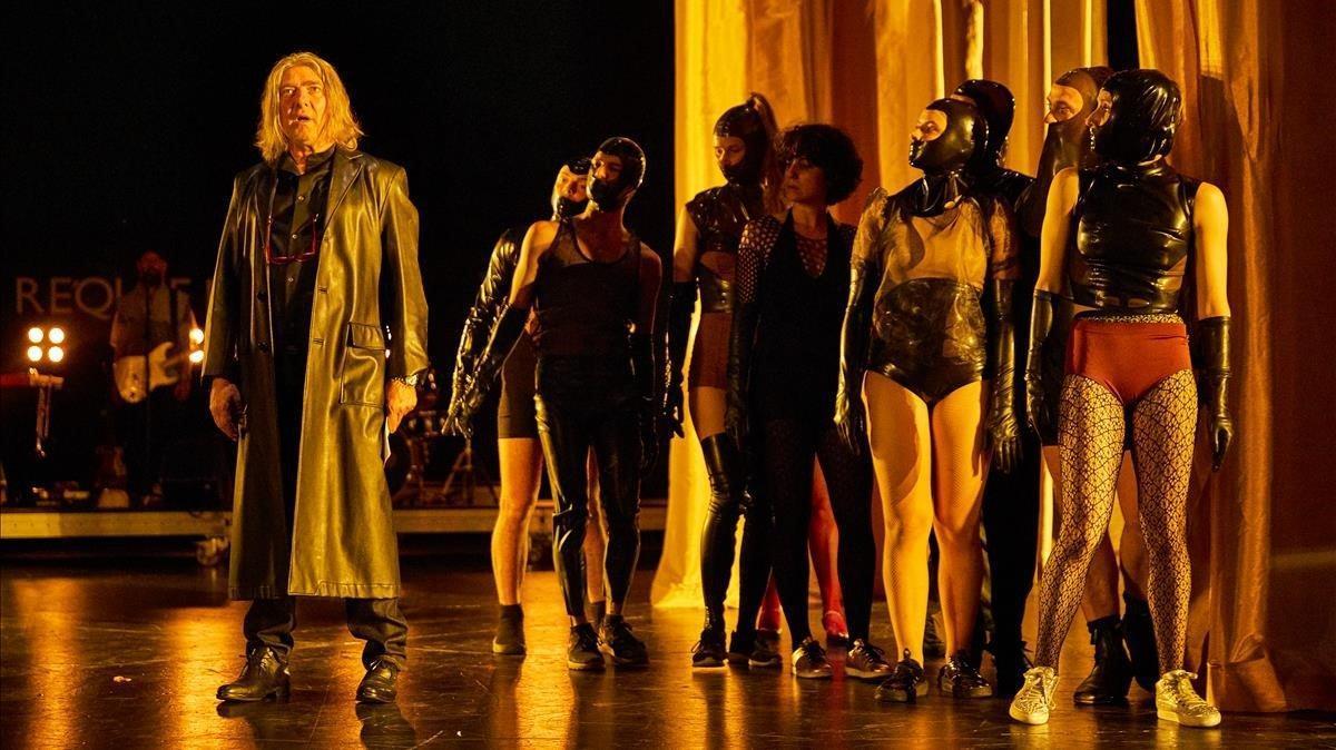 El actor Pere Arquillué (izquierda) junto a bailarines y cantantes en un momento del ensayo de 'Réquiem nocturn', en el Mercat de les Flors.