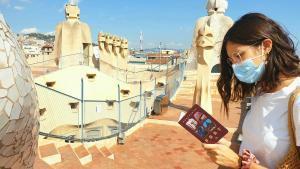Una joven con el pasaporte en la azotea de la Casa Milà.