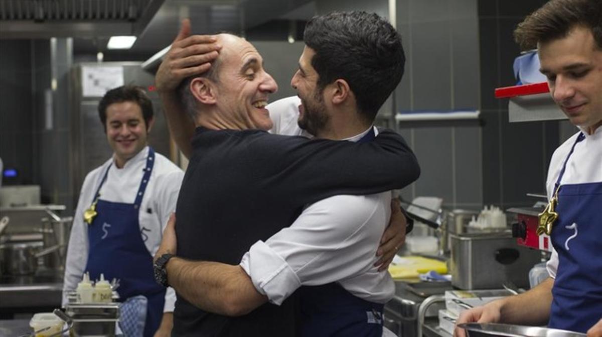 El chef celebra con el cocinero Monty Aguiló la concesión de la primera estrella Michelin al restaurante 5, en el hotel berlinés Das Stue.