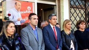 Minuto de silencio ante la agrupacion socialista de SolaresCantabriapor Alfredo Perez RubalcabaEn el centroPablo Zuoloagacandidato a la presidencia de Cantabray el secretario general de la agrupacionBorja Sañudo.