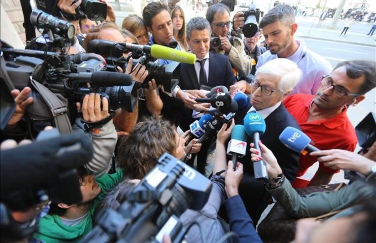El abogado de Messi, Enrique Bacigalupo, contesta a un enjambre de periodistas a la entrada de la Audiencia de Barcelona, el martes.