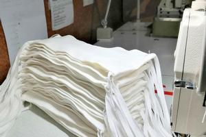 Petits tallers i voluntaris confeccionen mascaretes per a l'Hospital de Mataró, l'Institut Guttmann i Can Ruti
