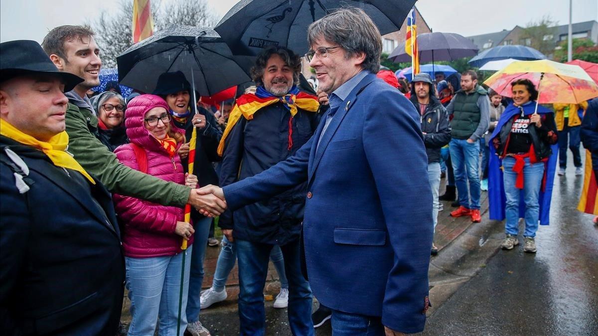El 'expresident' Carles Puigdemont, rodeado de simpatizantes en Waterloo