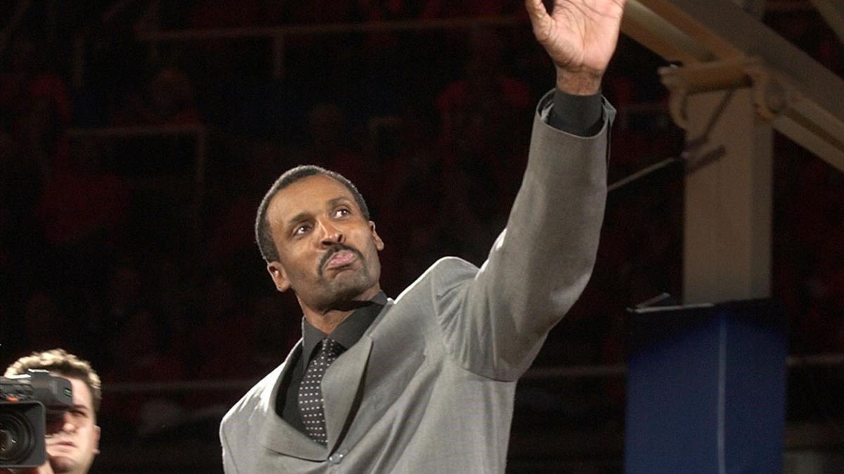 Eddie Johnson saluda al público durante una entrega de premios /AP