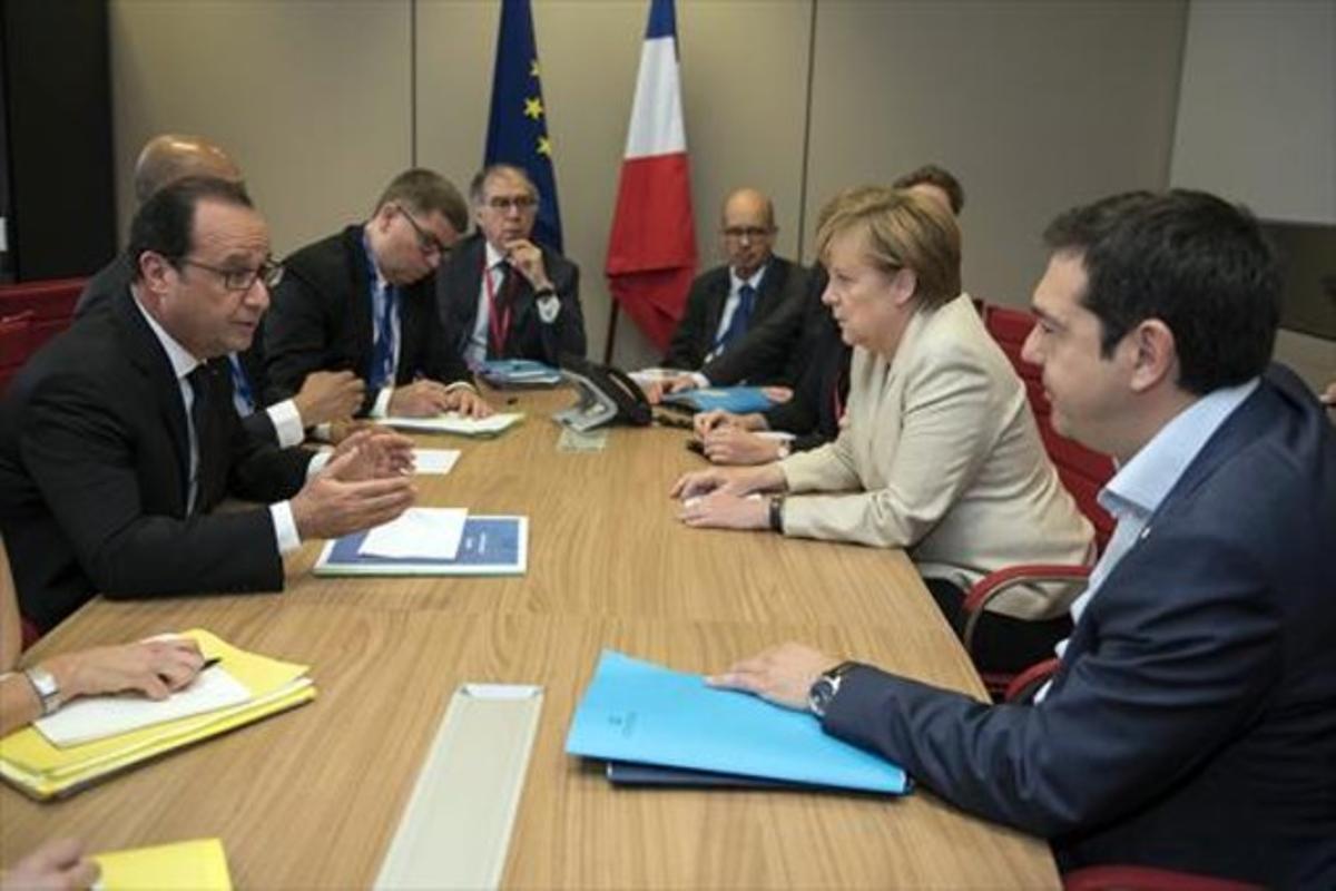 Tsipras, con Merkel (a su derecha) y Hollande (en frente), ayer, en Bruselas.