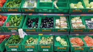 Verduras y hortalizas en un supermercado.