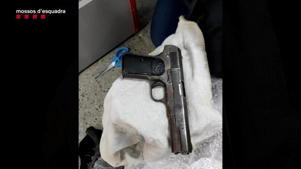 Una de las pistolas requisadas por los Mossos.