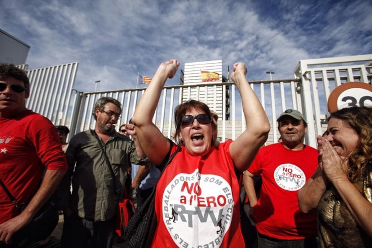 Trabajadores despedidos de Canal 9 celebran la anulación del ERE ante la sede de la Radiotelevisión valenciana, este martes.