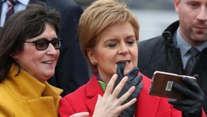 La ministra principal de Escocia, Nicola Sturgeon, posa para un selfi el pasado 14 de diciembre.
