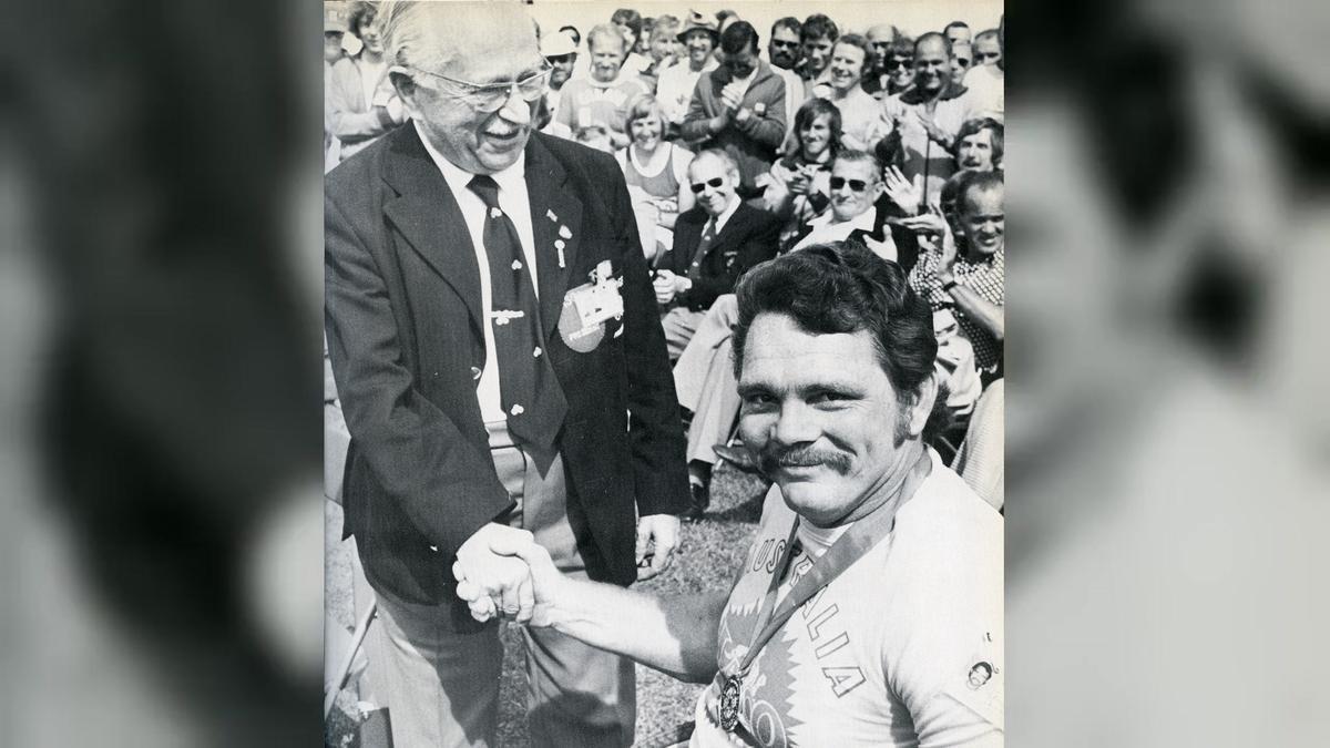 El doctor Ludwig Guttmann saluda a un integrante de la delegació australiana en los Paralímpicos de Toronto 76.