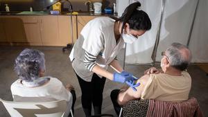 Vacunación de mayores de 80 años en el Casal Quatre Cantons de Barcelona.