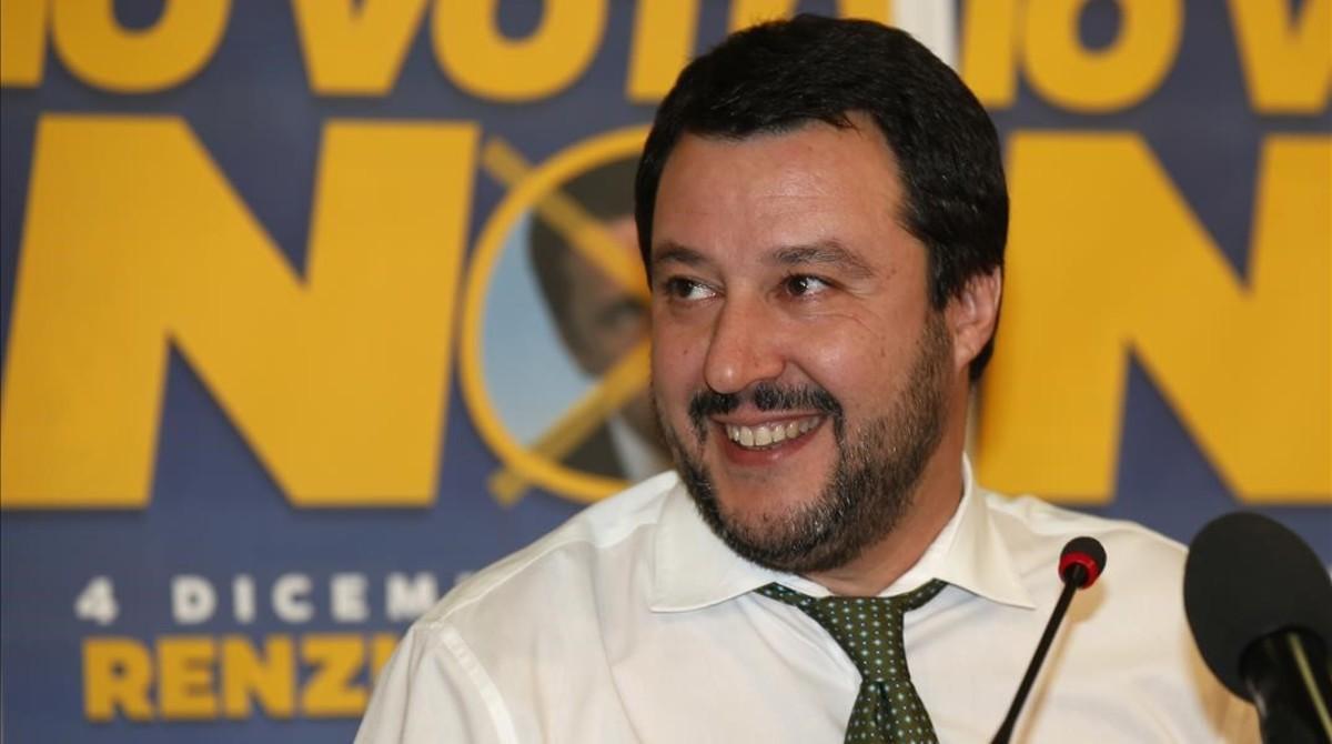 Matteo Salvini sonríe durante una rueda de prensa en la sede de su partido, la Liga Norte, en Milán, este domingo.