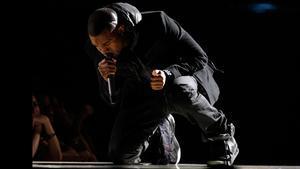 Kanye West, con unas zapatillasNike Air Yeezy 1, en los Grammy de 2008.