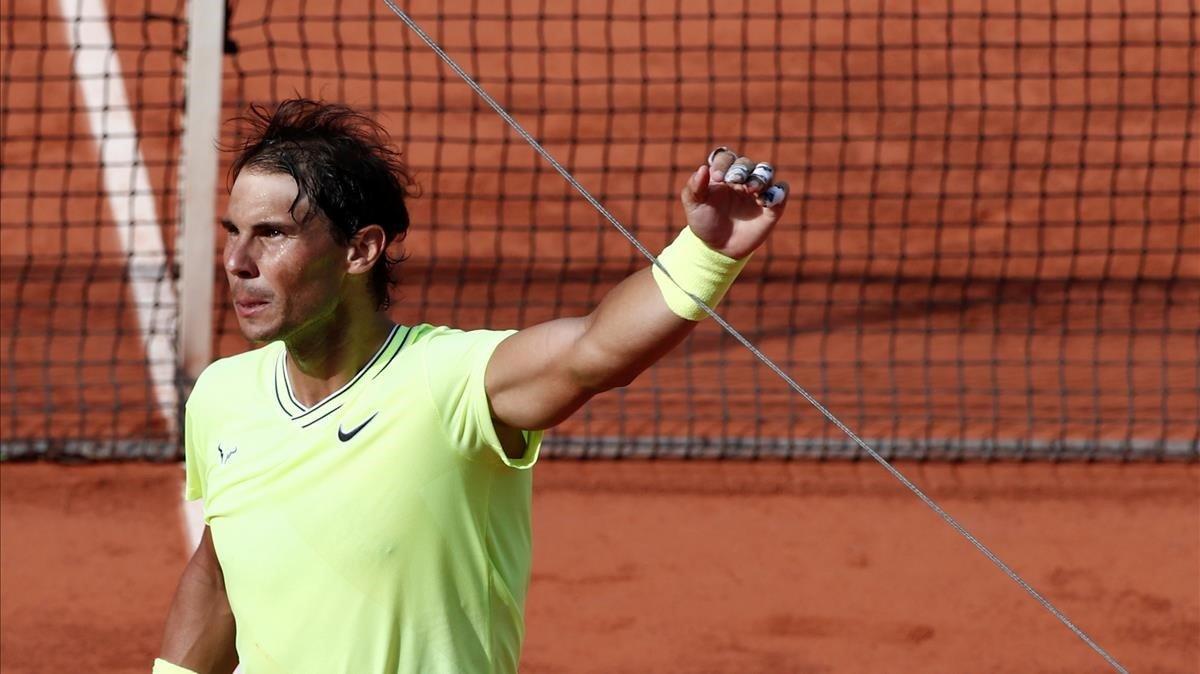 Nadal tropieza con un cable de la cámara aérea, tras ganar un partido de Roland Garros.