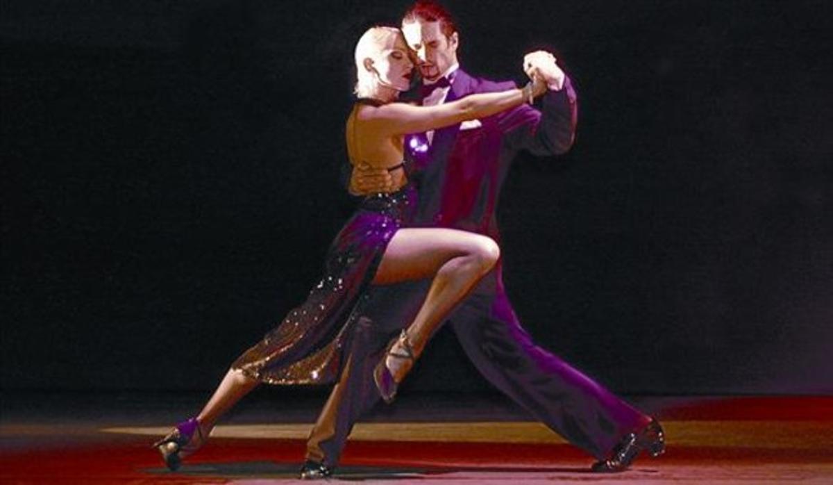 Una pareja baila un tango, un género que tiene en Barcelona su tercera patria tras Buenos Aires y Montevideo.