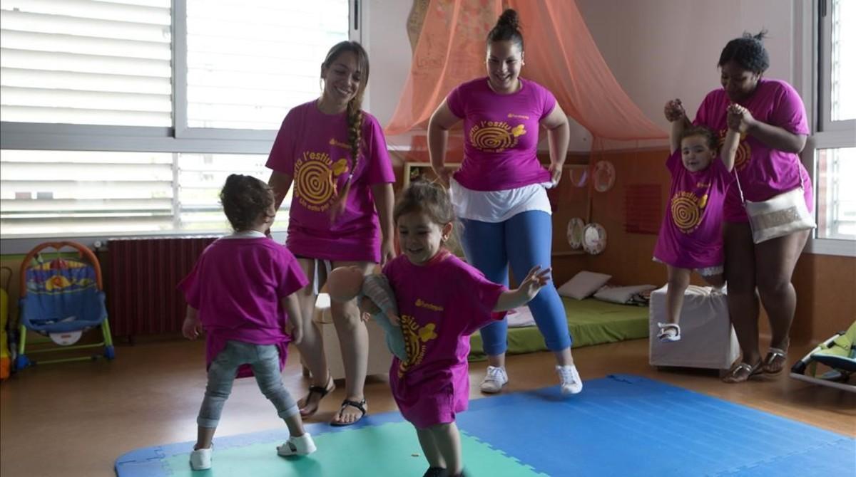 De izquierda a derecha, Lali, Salu y Rut, en la sala familiar del centro de Bellvitge.