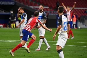 Saúl celebra el primer gol del Atlético ante el Alavés.