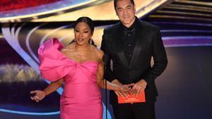Bardem llegó solo a la ceremonia de los Oscar, donde presentó el premio a mejor película extranjera.