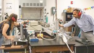 Jessica Chambers yKareem Ahmed, investigadores responsables del estudio, durante sus experimentos