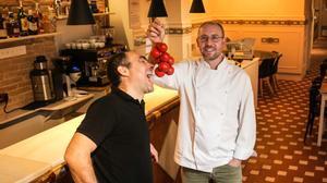 Chesco Salrach (izquierda) y Roger Viñas, en la entrada del restaurante Avenir, en Barcelona.