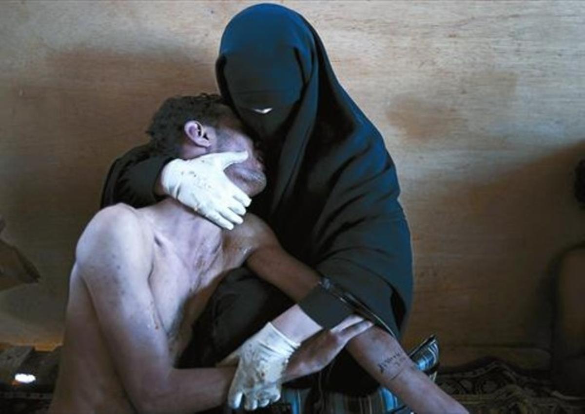 'PRIMAVERA ÁRABE' 3La foto premiada muestra a un herido en las protestas de Yemen, abrazado por una familiar.