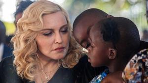 Madonna, con dos de sus hijos, con los que vive en Lisboa.