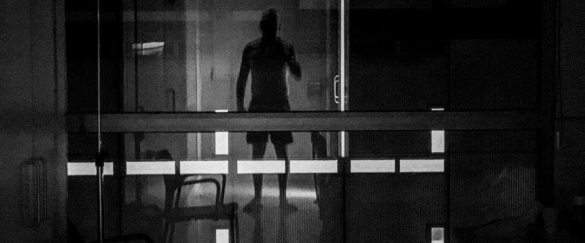 Son las 3.36 de la noche y me levanto para ir al baño. Al cruzar la habitación me veo reflejado en el cristal de la ventana. Vulnerabilidad, miedo, lucha y amor incondicional. Mezcla de sensaciones difíciles de describir.