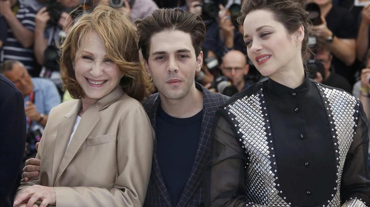 El director Xavier Dolan, con las actrices Nathalie Baye (izquierda) y Marion Cotillard, este jueves en Cannes en la presentación de 'Es solo el fin del mundo'.